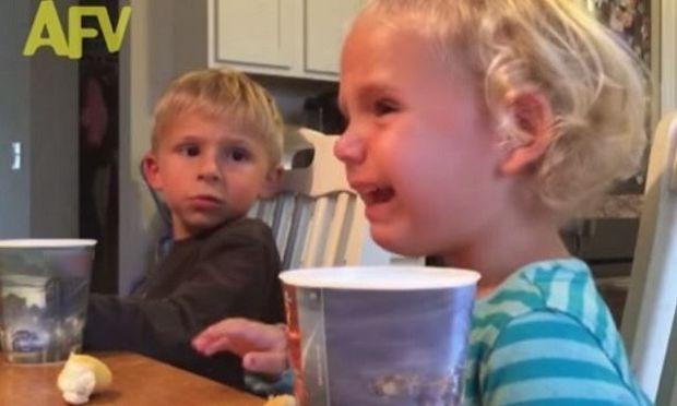 Δείτε τι συμβουλή δίνει στην μικρή του αδερφή αυτό το αγόρι!(βίντεο)
