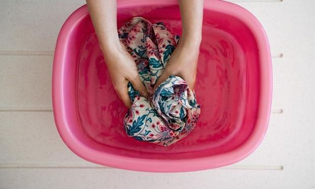 Δεν πάει ο νους σας πώς βγαίνει η κόλλα από τα ρούχα!