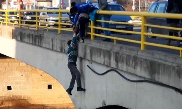 Υπάρχουν «άνθρωποι»! Διακινδύνεψαν τη ζωή τους για να σώσουν ένα σκυλάκι (βίντεο)