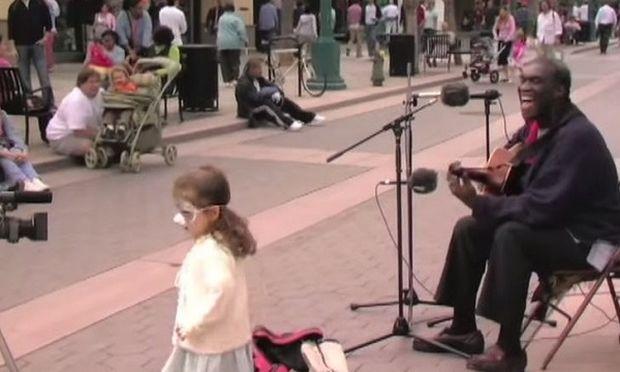 Θα εκπλαγείτε μόλις δείτε ποιος συνοδεύει αυτόν τον άνδρα στο τραγούδι του!(βίντεο)