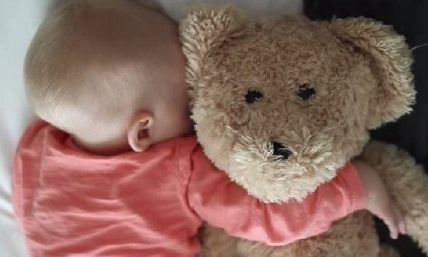 Κοιμάται το μωρό; Τέσσερις τρόποι για να μην το ξυπνήσετε σε ένα χιουμοριστικό βίντεο!