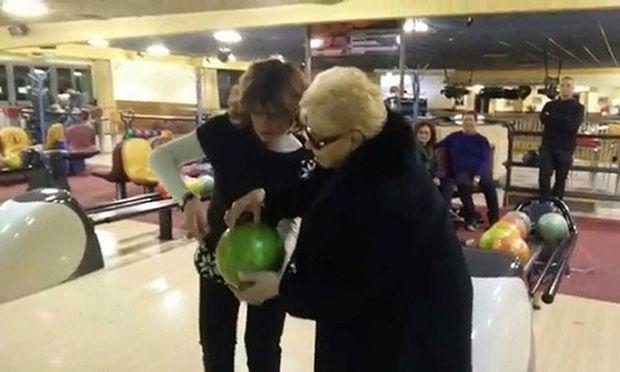 Απίστευτο: 84χρονη γιαγιά πήγε για πρώτη φορά στη ζωή της για μπόουλιγκ! (βίντεο)