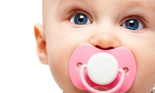 Μήπως καθαρίζετε την πιπίλα του παιδιού σας με το στόμα σας;