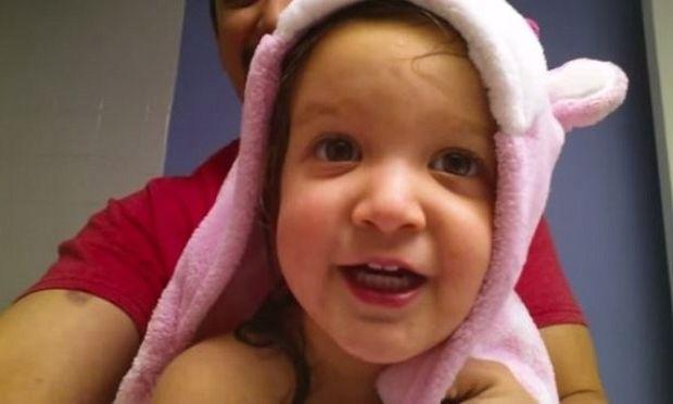 Ένα δίχρονο κοριτσάκι λέει την αλφαβήτα έτσι όπως δεν την έχετε ξανακούσει! (βίντεο)