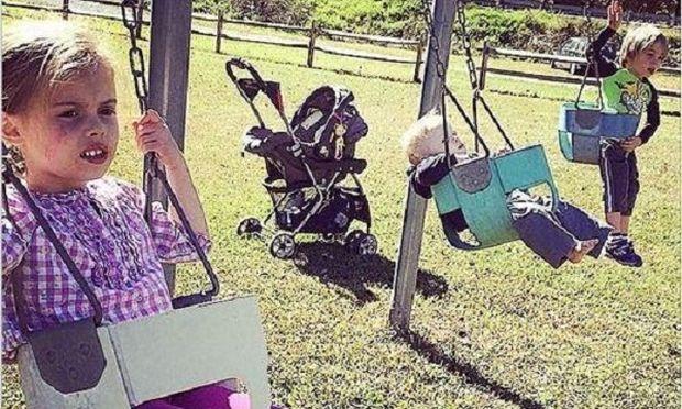 Η καθημερινότητα ενός μπαμπά που μεγαλώνει μόνος του τρία παιδιά σε 10 απολαυστικές φωτογραφίες