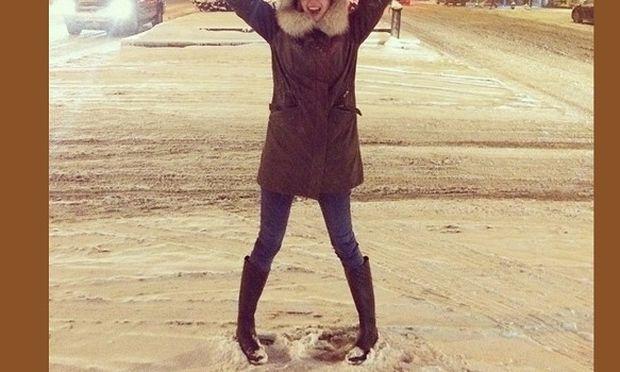 Έριξε χιόνι και η διάσημη μαμά βγήκε ολομόναχη έξω για να παίξει! (εικόνα)