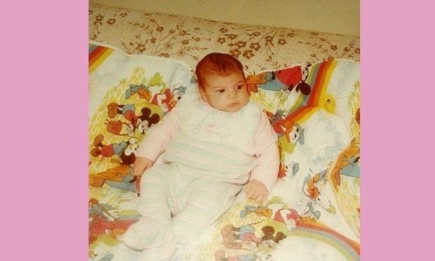 Μπορείτε να καταλάβετε ποιο είναι το μωρό της φωτογραφίας; Έχει γίνει πρόσφατα μανούλα! (εικόνα)