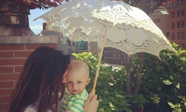 Σοφία Καρβέλα: Δείτε τι κάνει ο γιος της όταν εκείνη βγάζει selfie (εικόνα)