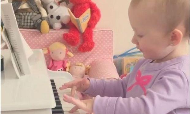 Κόρη πασίγνωστου ηθοποιού, μόλις ενός έτους, παίζει στο πιάνο το «La, la, la» της Σακίρα! (βίντεο)