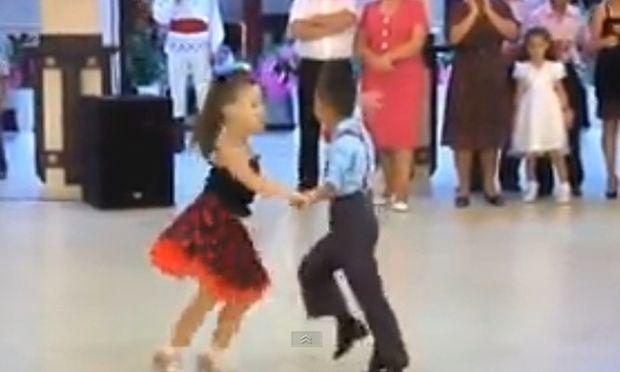 Το βίντεο που έγινε viral: Το λιλιπούτειο ζευγάρι βάζει τα γυαλιά σε επαγγελματίες χορευτές