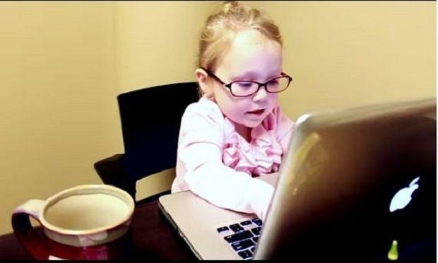 Όταν ένα τρίχρονο κοριτσάκι μιμείται τη γυναίκα του σήμερα! Δείτε και θα καταλάβετε! (βίντεο)