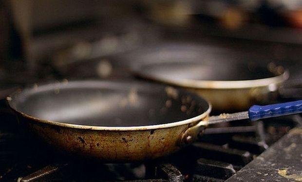Δεν πάει ο νους σας πώς θα καθαρίσετε το καμένο σας τηγάνι!
