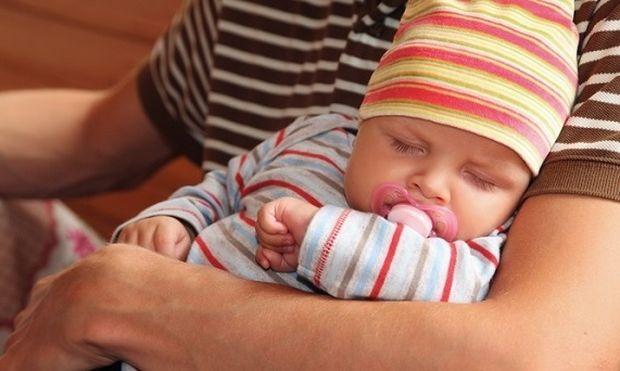 Οδηγός επιβίωσης για μπαμπάδες: Οι χρυσοί κανόνες που πρέπει να ακολουθήσετε όταν έρθει σπίτι η μαμά με το μωρό!