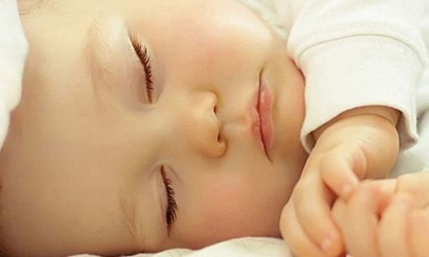 Να τι πρέπει να κάνετε όταν το μωρό κοιμάται. Ένας μπαμπάς συμβουλεύει (βίντεο)