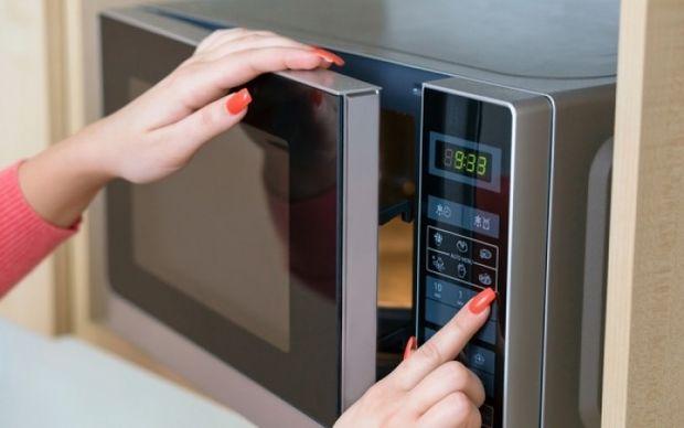 Φούρνος μικροκυμάτων: Πώς θα ζεστάνετε και θα μαγειρέψετε το φαγητό με ασφάλεια!