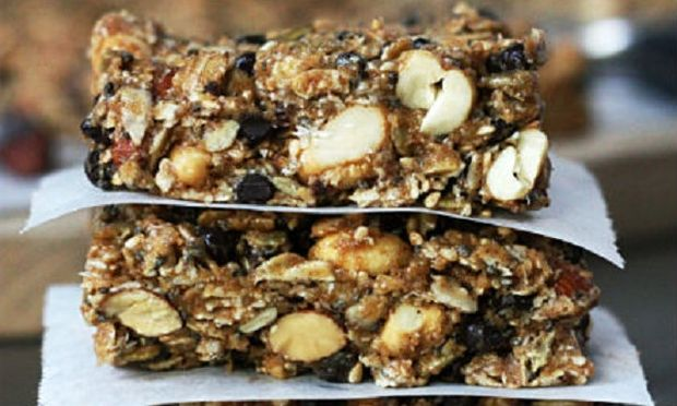 Συνταγή για τις πιο εύκολες και νόστιμες μπάρες δημητριακών με μπανάνα και σοκολάτα!