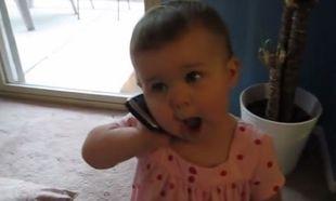 Ξεκαρδιστικό! Αυτή η μικρή μιλά με τον μπαμπά της στο τηλέφωνο. Τι του λέει; Απλά δείτε το βίντεο
