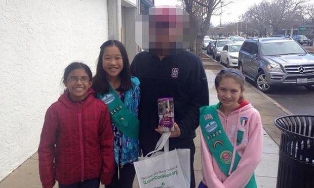 Διάσημος ηθοποιός βοήθησε αυτές τις προσκοπίνες να πουλήσουν τα μπισκότα τους!(εικόνες)