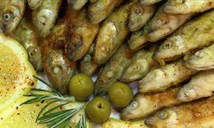 Αυτό είναι το κόλπο για να φύγει η μυρωδιά από το ψάρι από τα πιάτα και τα μαχαιροπίρουνα!