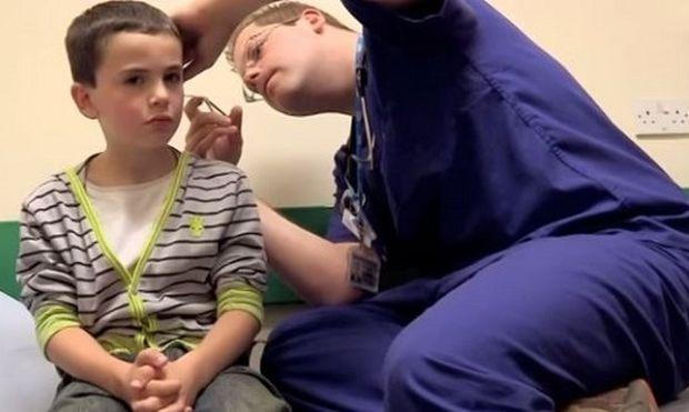 Αυτό το αγόρι νόμιζε πώς είχε ένα μολύβι στο αυτί του αλλά οι γιατροί αφαίρεσαν κάτι άλλο!(βίντεο)