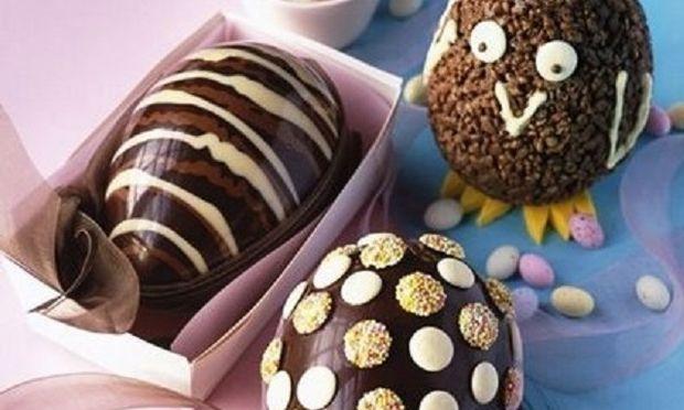 Έτσι θα φτιάξετε εντυπωσιακά σοκολατένια αυγά για το Πάσχα, εύκολα και οικονομικά! (βίντεο)