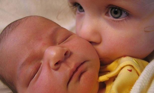 Μοναδικές φωτογραφίες παιδιών που συναντούν για πρώτη φορά το νεογέννητο αδελφάκι τους (pics)