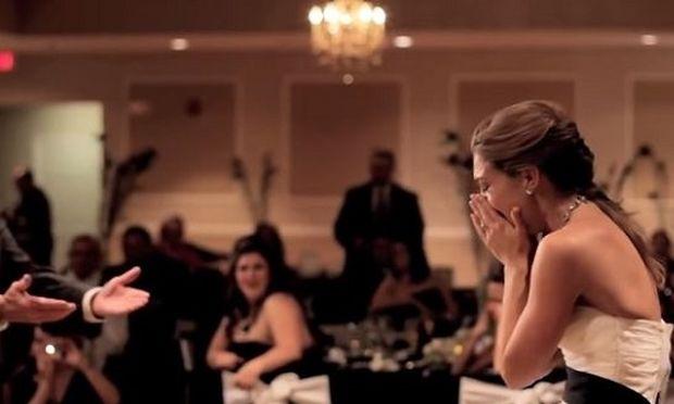 Ο πατέρας της δεν ήταν στο γάμο της & ο αδερφός της έκανε κάτι που έφερε δάκρυα στα μάτια μας (vid)