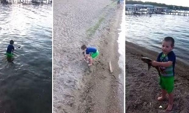 Απίστευτο! Πιάνει το ψάρι με γυμνά χέρια και είναι μόνο ένα παιδί (βίντεο)