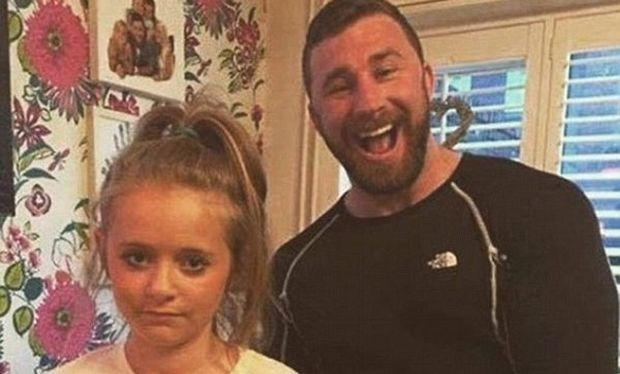 Το μήνυμα που έγραψε στην μπλούζα της κόρης του κι έγινε viral (εικόνα)