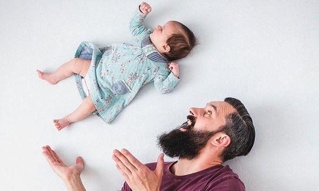 Μπαμπάς και νεογέννητη κόρη φωτογραφίζονται με τον ποιο γλυκό και αστείο τρόπο! (εικόνες)