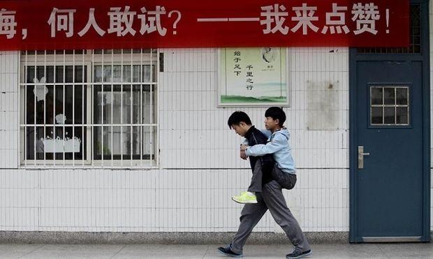 Αυτό το παιδί, επί τρία χρόνια κουβαλά στο σχολείο τον συμμαθητή του. Δείτε γιατί! (εικόνες)