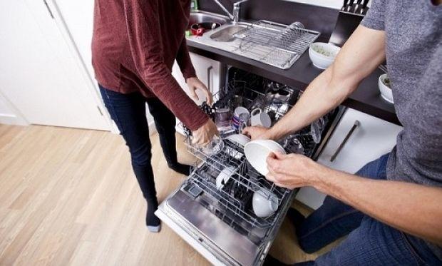Δεν πάει ο νους πώς καθαρίζει το πλυντήριο πιάτων με ένα μόνο υλικό!