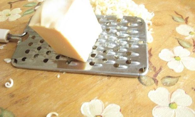 Αυτό είναι το απίστευτο κόλπο για να καθαρίσετε τον τρίφτη του τυριού από τα υπολείμματα!