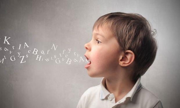 """«Μαμά θέλω """"νελό""""». Να ανησυχήσετε ή όχι όταν το παιδί σας δεν λέει το «ρο»;"""