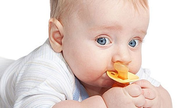 Έτσι θα καθαρίσετε την πιπίλα του μωρού σας