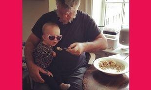 Πασίγνωστος ηθοποιός του Χόλιγουντ ταϊζει την κορούλα του! Μαντέυετε ποιος είναι; (εικόνα)