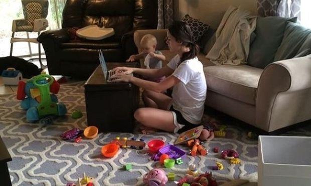 Έτσι δουλεύει πραγματικά μια μαμά από το σπίτι! (βίντεο)