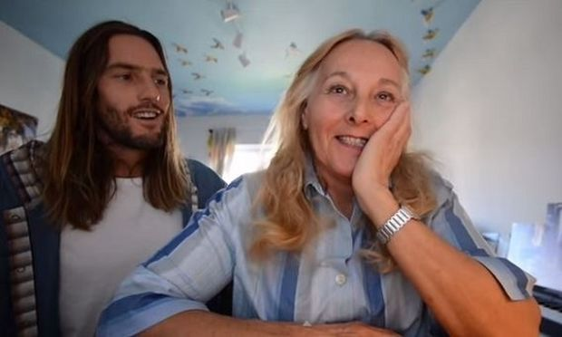 Αυτός ο γιος αγαπά πολύ τη μαμά του! Δείτε τι έκανε για εκείνη! (βίντεο)