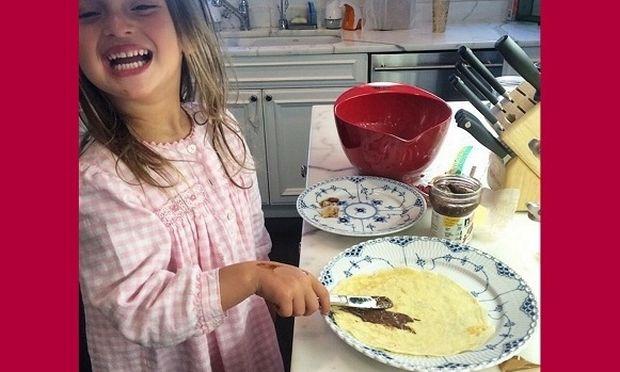 Τι κόρη είναι αυτή! Ξύπνησε κι έφτιαξε κρέπες για τη διάσημη μαμά της! Μιλάμε για την… (εικόνα)