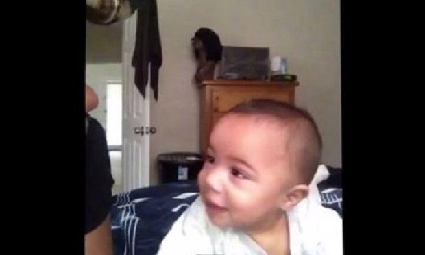 Ταλέντο από κούνια! Δείτε τι κάνει αυτό το κοριτσάκι και ξαφνιάζει τους πάντες! (βίντεο)