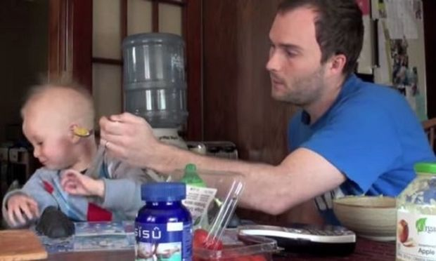 Το μωρό σας αρνείται πεισμωτικά να φάει; Αυτός ο μπαμπάς βρήκε τη λύση! (βίντεο)