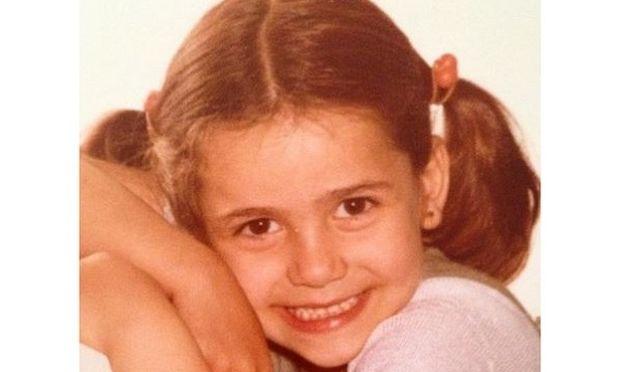 Μαντέψτε ποια γνωστή ελληνίδα τραγουδίστρια είναι το κοριτσάκι της φωτογραφίας!