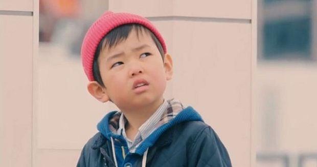 Συγκλονιστικό: Δείτε πώς αντιδρούν τα παιδιά όταν πέσει μπροστά τους ένα πορτοφόλι από κάποιον άγνωστο (βίντεο)