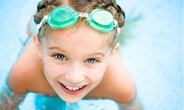 «Το παιδί μου φοβάται να κολυμπήσει. Τι μπορώ να κάνω για να το βοηθήσω; »