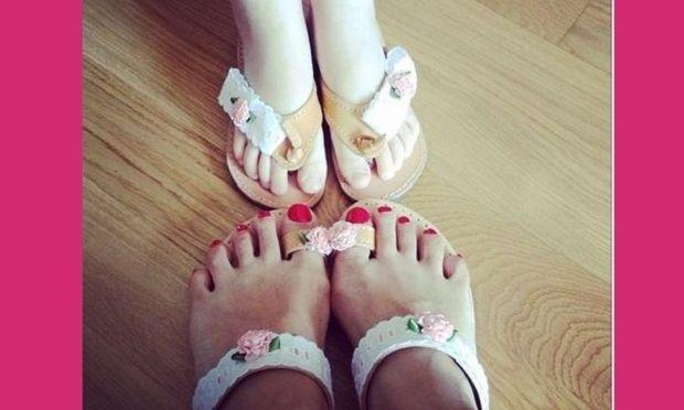 Μα πόσο γλυκό; Ποια διάσημη Ελληνίδα παρουσιάστρια φόρεσε ασορτί παπούτσια με την κόρη της; (εικόνα)
