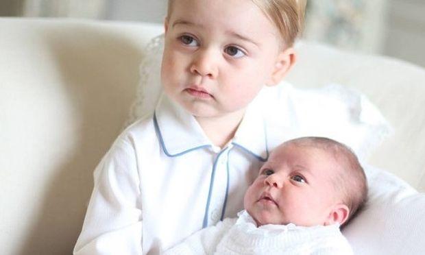 O πρίγκιπας Τζορτζ και η μόλις λίγων εβδομάδων Σάρλοτ φωτογραφίζονται μαζί για πρώτη φορά! Δεν είναι αξιολάτρευτοι; (εικόνες)