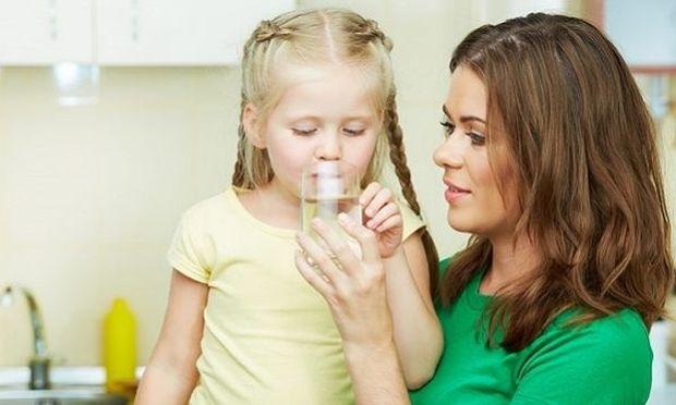 Αυτοί είναι οι βασικοί λόγοι που ένα παιδί πρέπει να πίνει πολύ νερό