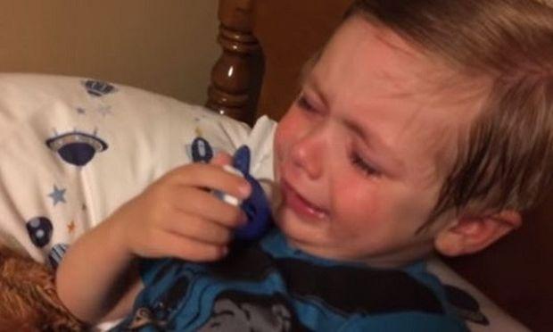 Η μαμά του τον βρήκε να κλαίει στο μαξιλάρι του. Ο λόγος θα σας κάνει να πέσετε κάτω από τα γέλια!
