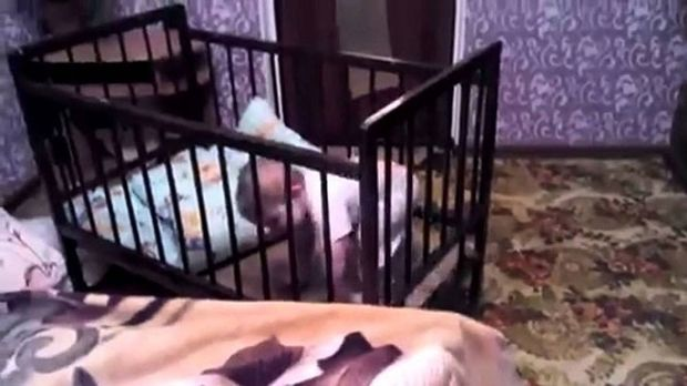 Απίστευτο: Δείτε πώς ένα μωρό «δραπέτευσε» από την κούνια του! (βίντεο)
