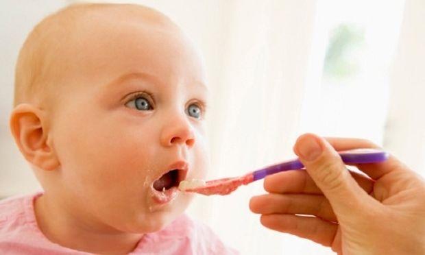 «Πότε πρέπει να ξεκινήσει το μωρό μου να τρώει στέρεες τροφές;»